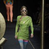Vestido mini asimétrico verde de Moschino otoño/invierno 2019/2020 en la Milán Fashion Week