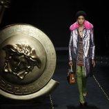 Abrigo estampado con plumas rosas de Moschino otoño/invierno 2019/2020 en la Milán Fashion Week