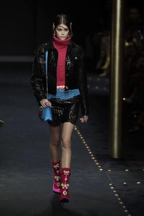 Jersey rosa de cuello vuelto de Moschino otoño/invierno 2019/2020 en la Milán Fashion Week