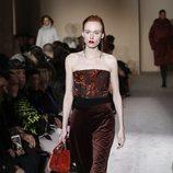 Modelo con un pantalon marrón de Salvatore Ferragamo en la semana de la moda de Milán 2019
