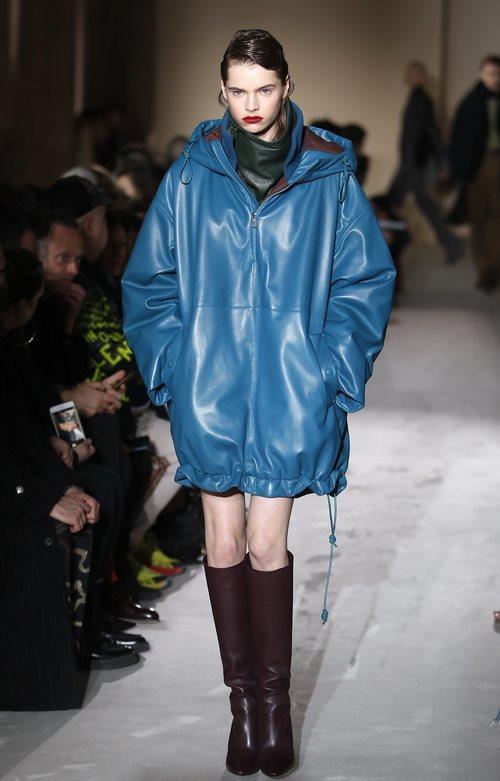 Modelo con un abrigo azul  de Salvatore Ferragamo en la semana de la moda de Milán 2019