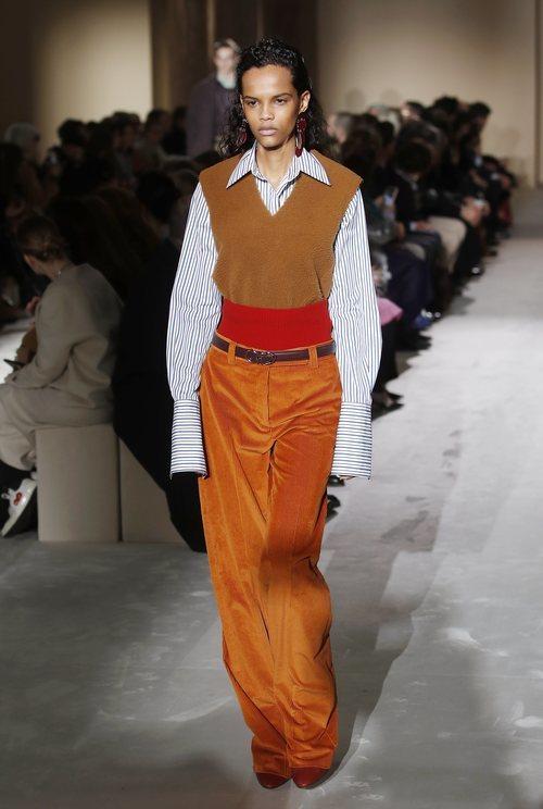 Modelo con un look anaranjado  de Salvatore Ferragamo en la semana de la moda de Milán 2019