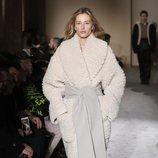 Modelo con un abrigo blanco de Salvatore Ferragamo en la semana de la moda de Milán 2019