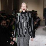Modelo con un conjunto gris y negro de Salvatore Ferragamo en la semana de la moda de Milán 2019