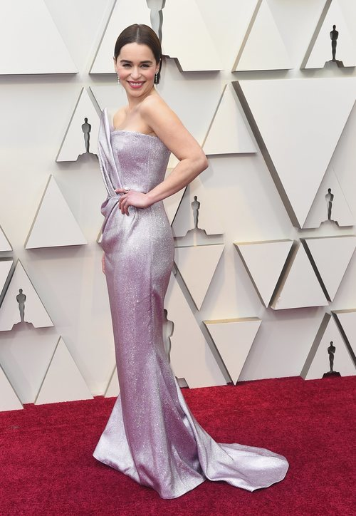 Emilia Clarke con un vestido malva de pedrería de Balmain en la alfombra roja de los Premios Oscar 2019