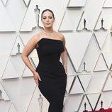 Ashley Graham con un vestido negro palabra de honor y cola de sirena en la alfombra roja de los Premios Oscar 2019
