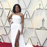 Regina King con un vestido blanco de Oscar de la Renta en la alfombra roja de los Premios Oscar 2019