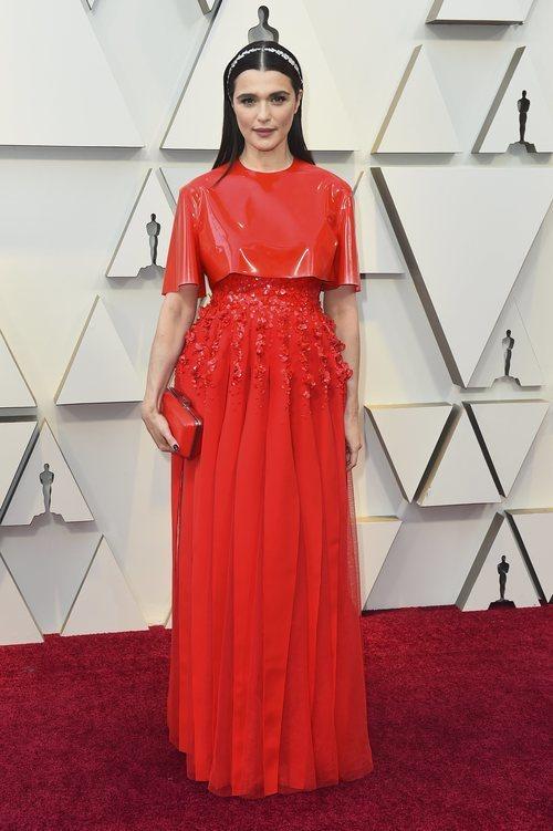 Reichel Weisz con un vestido futurista de Givenchy en la alfombra roja de los Premios Oscar 2019