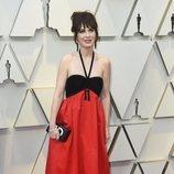 Zoey Descahel con un vestido negro y rojo en la alfombra roja de los Premios Oscar 2019