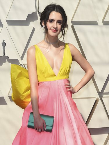 Laura Marano con un vestido color block en la alfombra roja de los Premios Oscar 2019