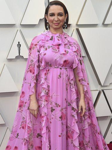 Maya Rudolph con un dos piezas de estampado floral en la alfombra roja de los Premios Oscar 2019