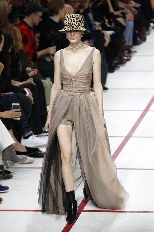 Modelo con un vestido de tul del desfile de Dior fall/winter 2019/2020