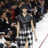 Modelo con un vestido de cuadros del desfile de Dior fall/winter 2019/2020