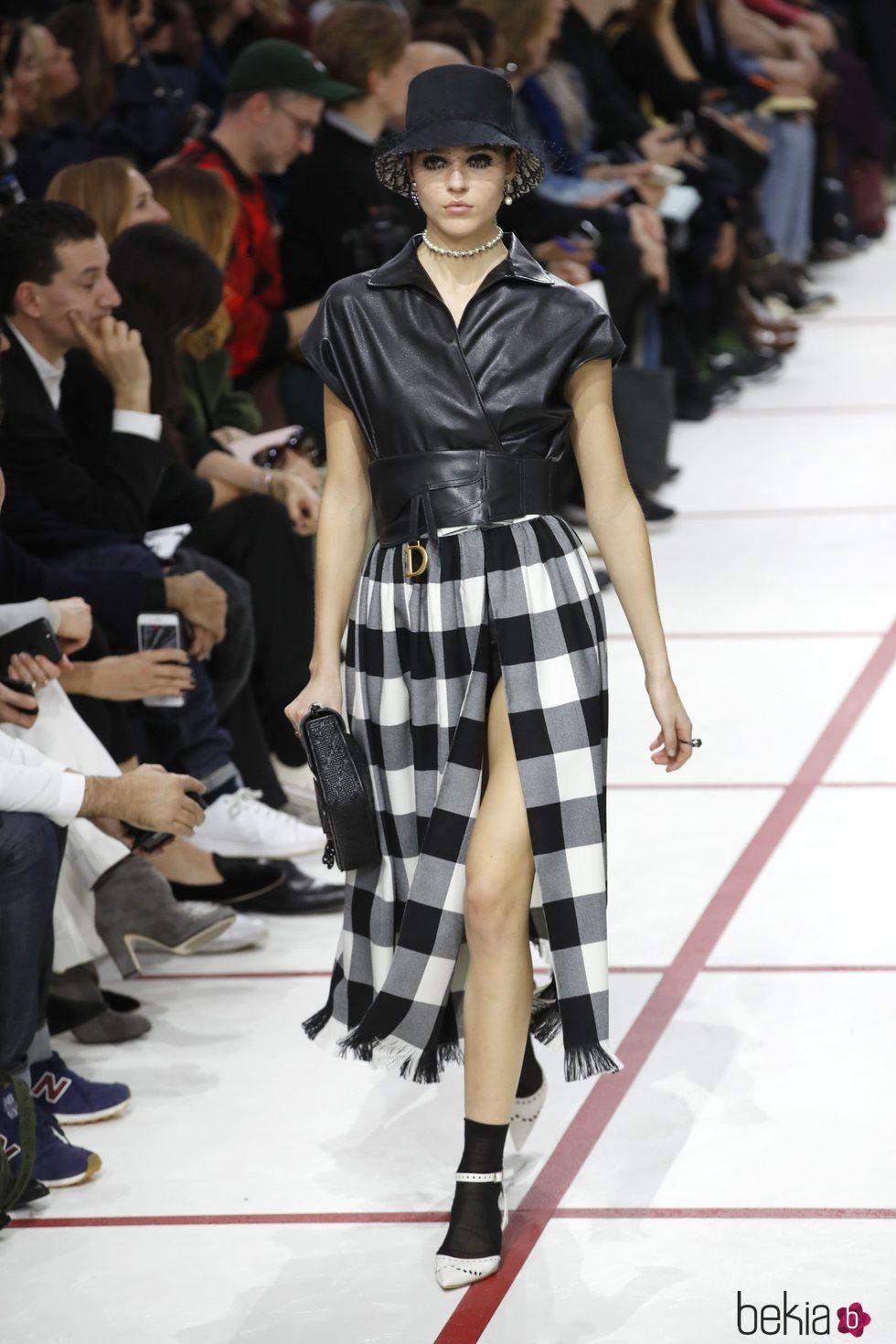 Modelo con un vestido de cuadros del desfile de Dior ifalli