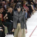 Modelo con un conjunto de falda del desfile de Dior fall/winter 2019/2020