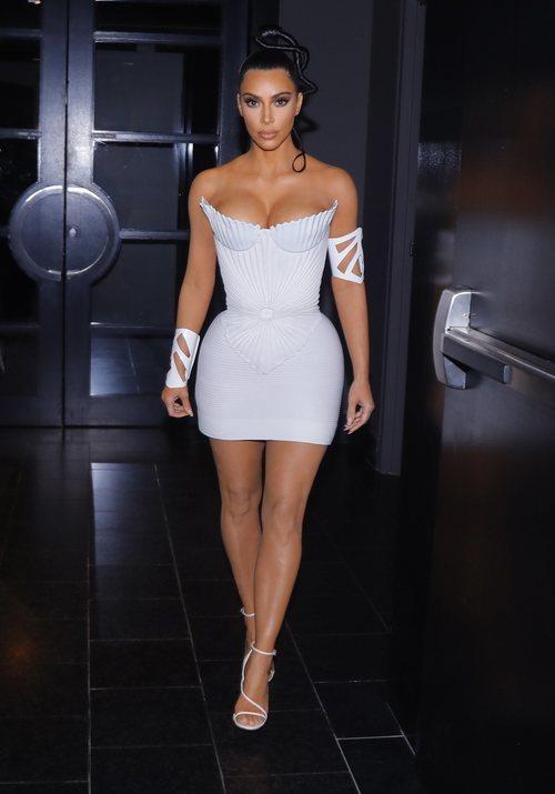 Kim Kardashian con un vestido corto blanco