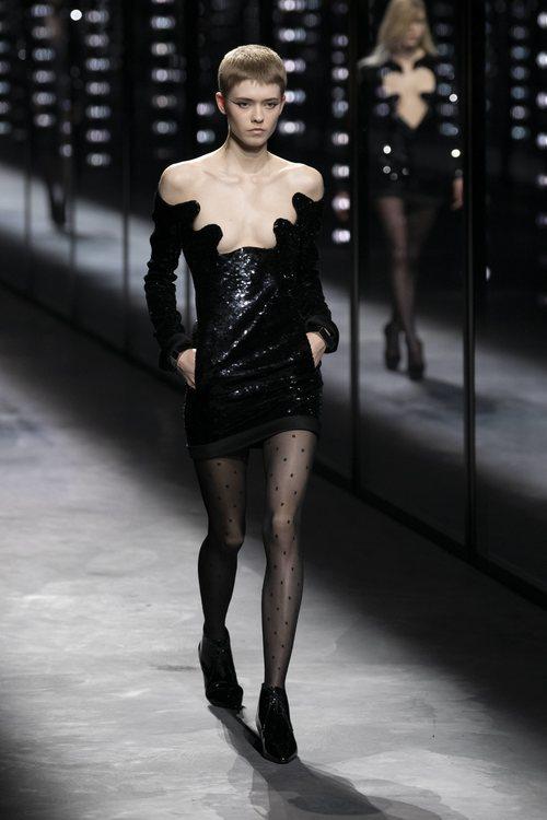 Modelo luciendo un vestido de Saint Laurent fall/winter 2019/2020 en París