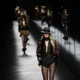 Modelo con un estilo bohemio de Saint Laurent fall/winter 2019/2020 en París