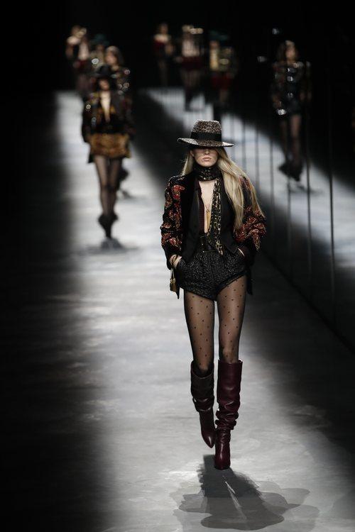 Modelo con un estilo bohemio de Saint Laurent fall/winter 2019/2020 en París