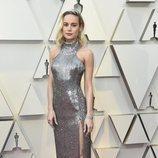 Brie Larson con vestido largo plateado