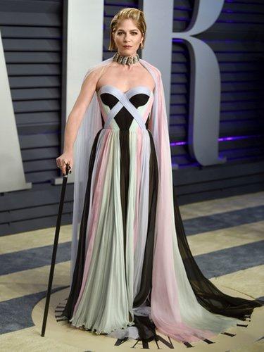 Selma Blair con un vestido largo multicolor