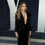 Miley Cyrus con un vestido negro de lentejuelas