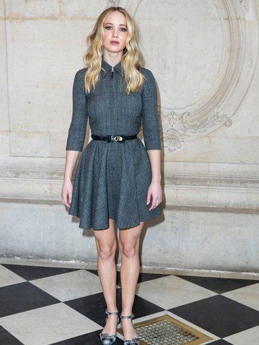 Jennifer Lawrence luce un corto vestido gris