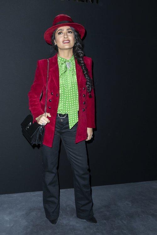 Salma Hayek vestida de verde y terciopelo granate