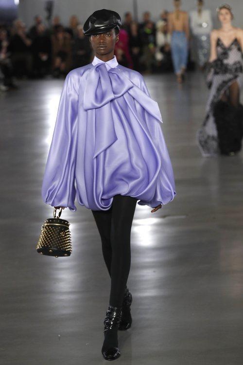 Modelo luciendo un vestido lila de la colección otoño/invierno 2019/2020 de Balmain en París