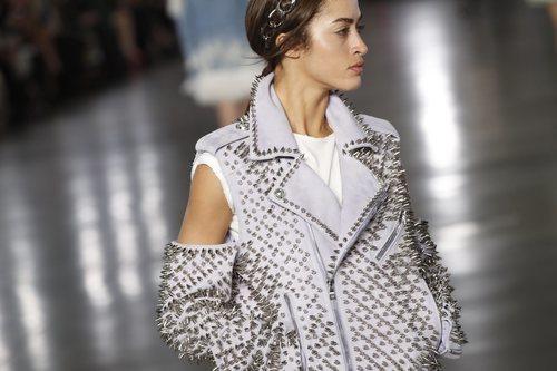 Modelo luciendo un look blanco de la colección otoño/invierno 2019/2020 de Balmain en París