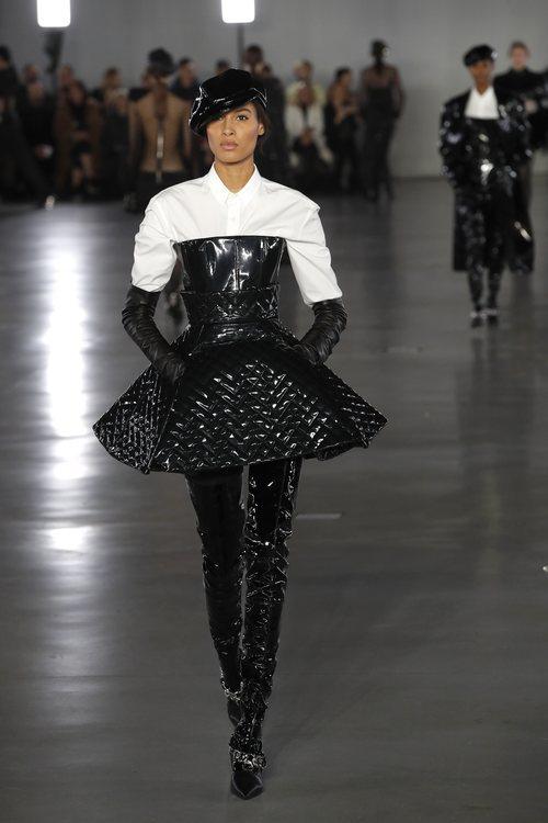 Modelo luciendo vestido charol de la colección otoño/invierno 2019/2020 de Balmain en París