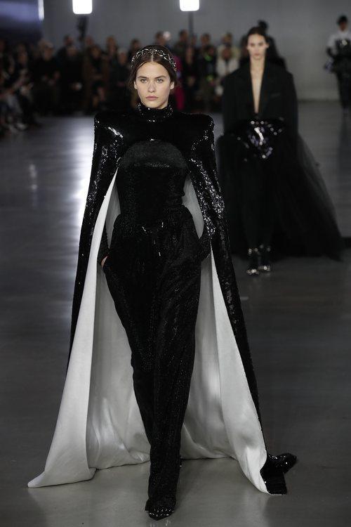 Modelo luciendo un vestido capa de la colección otoño/invierno 2019/2020 de Balmain en París