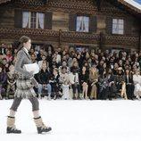 Modelo con un conjunto de Chanel en el desfile de la colección otoño/invierno 2019/2020
