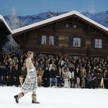 Modelo con una falda de Chanel en el desfile de la coleción otoño/invierno 2019/2020