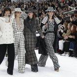 Cara Delevigne desfilando para Chanel para la colección otoño/invierno 2019/2020 en París