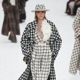 Cara Delevigne luciendo un abrigo largo de la colección otoño/invierno 2019/2020 de Chanel en París