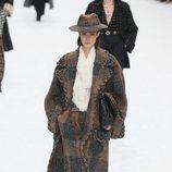 Modelo con abrigo marrón de la colección otoño/invierno 2019/2020 de Chanel en París