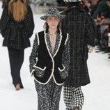 Modelo con un chaleco negro de la colección otoño/invierno 2019/2020 de Chanel en París