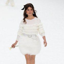 Penélope Cruz con un total white look durante el desfile otoño/invierno 2019/2020 de Chanel