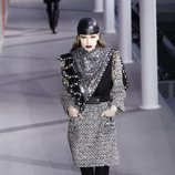 Modelo con un vestido efecto brillo de la colección otoño/invierno 2019/2020 de Louis Vuitton