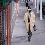 Modelo con un abrigo marrón de la colección otoño/invierno 2019/2020 de Louis Vuitton