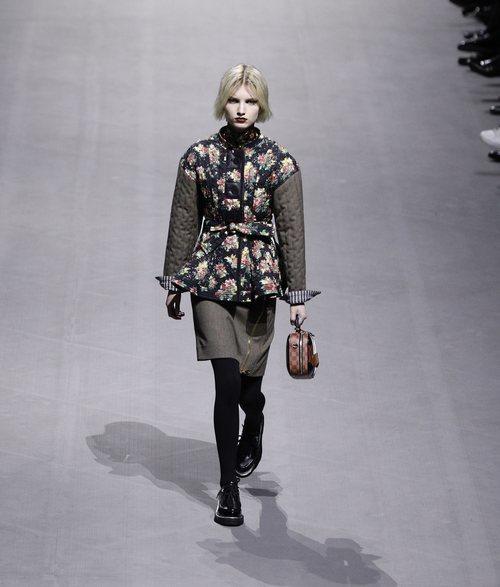 Modelo con un abrigo con estampado floral de la colección otoño/invierno 2019/2020 de Louis Vuitton