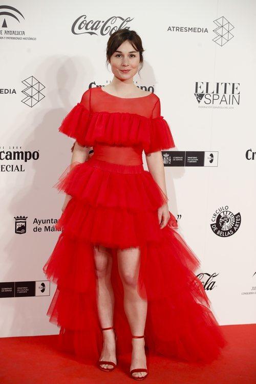 Nadia de Santiago con un vestido rojo