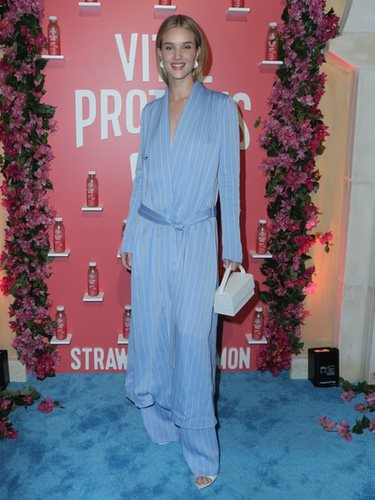 Rosie Huntington-Whiteley con un mono azul