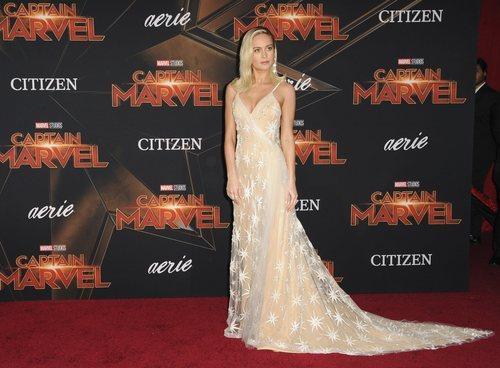 Brie Larson con un vestido de estrellas