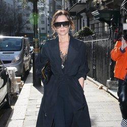 Victoria Beckham con un total black en Londres