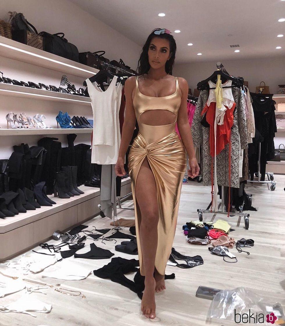 Kim Kardashian con un conjunto dorado