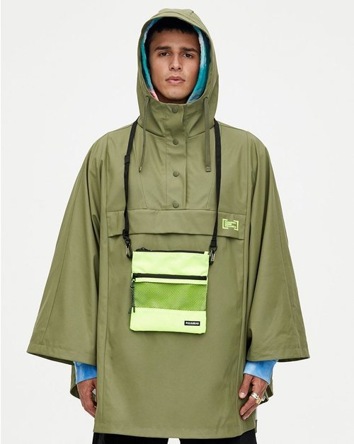 Chubasquero verde colección Primavera Sound Pull & Bear