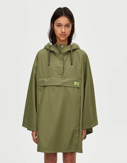 Abrigo oversize verde colección Primavera Sound pull & Bear
