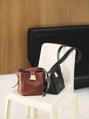 Bolsos en color marrón y negro de la nueva colección de Uterqüe